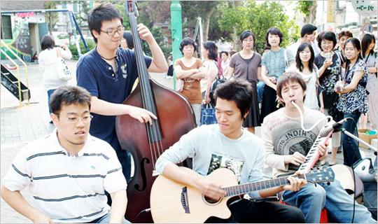 홍대 앞 어쿠스틱 음악의 전령사, 어쿠스트릿